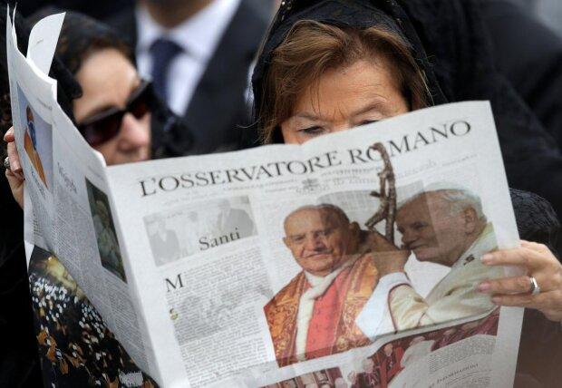 Женщина читает экземпляр ватиканской газеты l'osservatore Romano, фото REUTERS