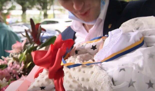 младенец, скриншот из видео
