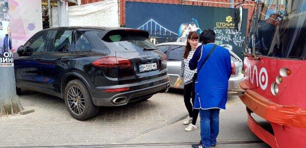 """Одеські автохами вийшли на новий рівень свинства: """"вигулюють"""" машини просто в парках, гримить скандал"""