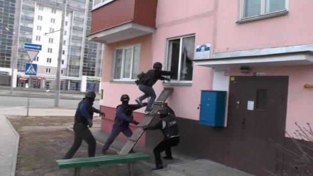 """""""Шальные 90-е"""" вернулись: почти два десятка мужчин устроили киевлянке """"маски-шоу"""" и выгнали ее из квартиры"""