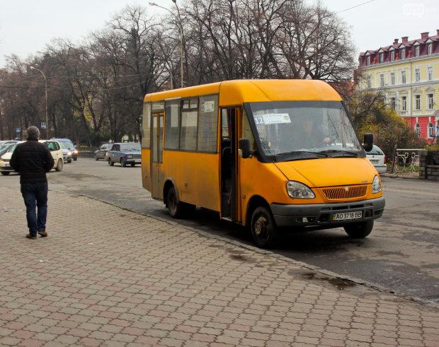 Киевского маршрутчика поймали за мерзким занятием: делал это прямо в салоне