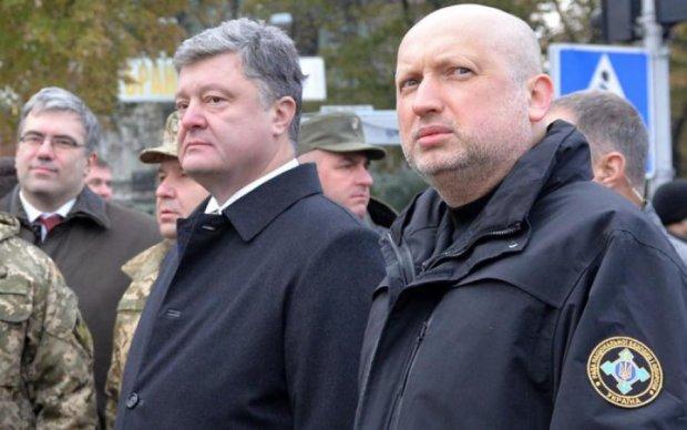 Українці лютують: Порошенко повісив на Турчинова чергову медаль