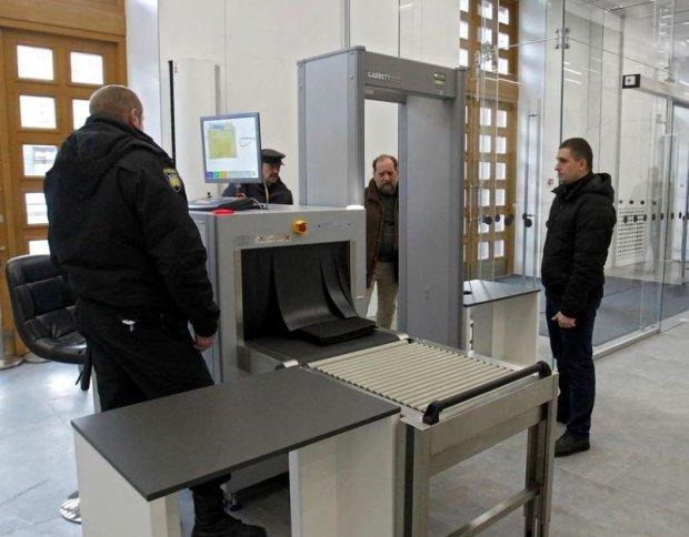 Київську мерію оточила Нацгвардія, очікують прориву, заходи безпеки підвищені до межі