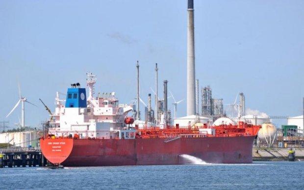 В море столкнулись два огромных судна: шокирующее видео