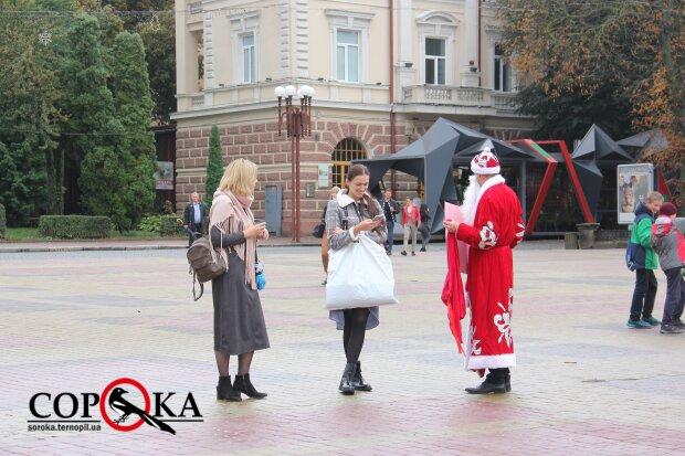 """В Тернополе празднуют Новый год, Дед Мороз раздает конфеты: """"Ничего не перепутали?"""""""