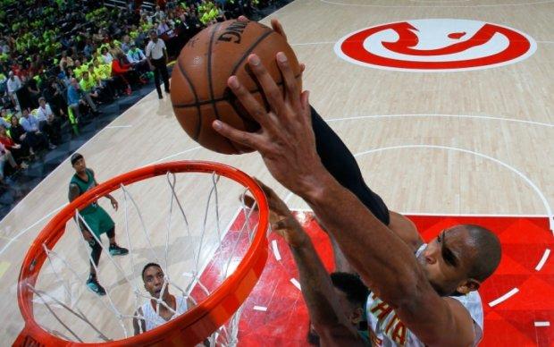 НБА: Крутые данки через руки соперников в лучших моментах игрового дня