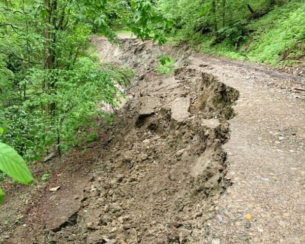Под Львовом вода отрезала село от цивилизации, вместо дороги - жуткая пропасть