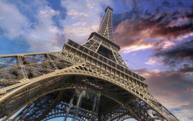 В Париже огромный автобус с туристами протаранил мост