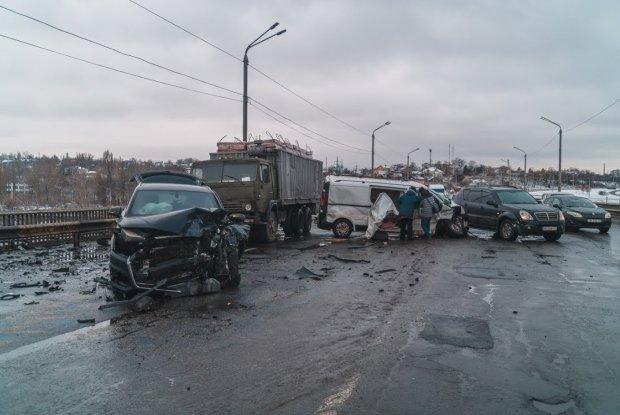 Масштабна аварія на Північному мосту паралізувала Київ: десятки авто розкидані по дорозі