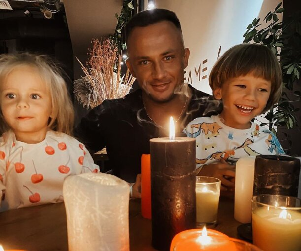 Популярный у женщин украинский блогер-миллионник скончался от ковида, оставив троих детей