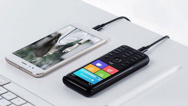 Xiaomi представила кнопочный телефон на все случаи жизни