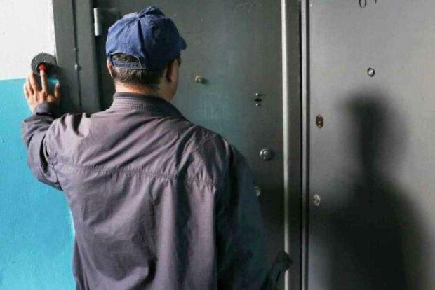 Дверь на замок: в Ивано-Франковске орудуют липовые коммунальщики