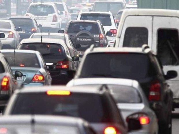 """Жуткое ДТП остановило шоссе: машина """"Киевавтодора"""" слетела с моста, врачи спасают мужчину"""
