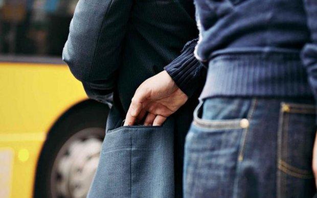 Тупой карманник попал под руку разъяренных украинцев: фото 18+