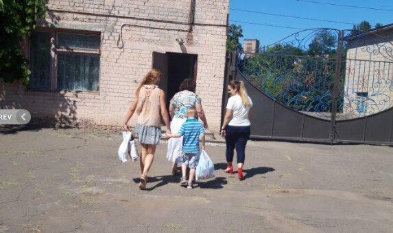 """Днепрянка бросила собутыльников ради своих малышей - """"Мамочка, идем домой!"""""""