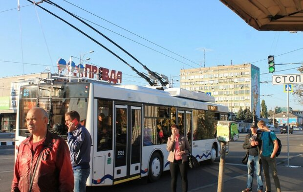 Завжди на зв'язку: у Дніпрі з'явилися тролейбуси, в яких можна зарядити телефон
