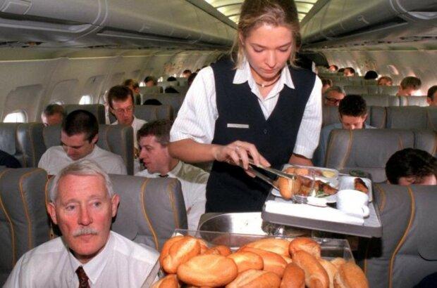 Тараканы и неочищенная вода: стала известна вся правда о еде в самолетах