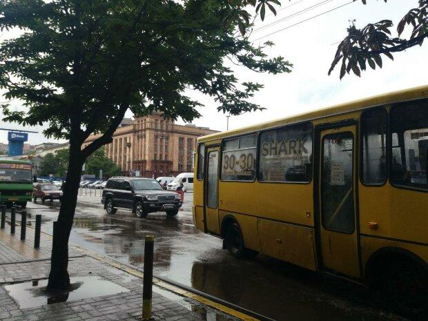 Негода застала дніпрян зненацька — місто заливає, запасайтеся парасольками і гумовими чобітьми
