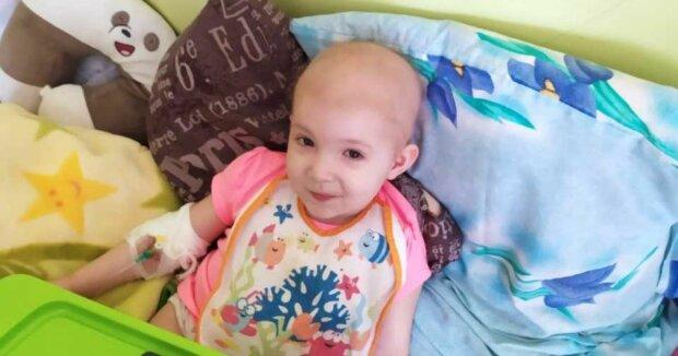 """Агресивний рак забирає життя крихітної українки, батьки виплакали всі очі: """"Врятуйте Єву!"""""""