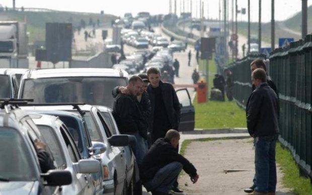Кілометрові черги та затори: тисячі українців застрягли на кордоні