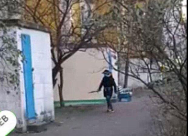 Мужчина с ножом / скриншот из видео