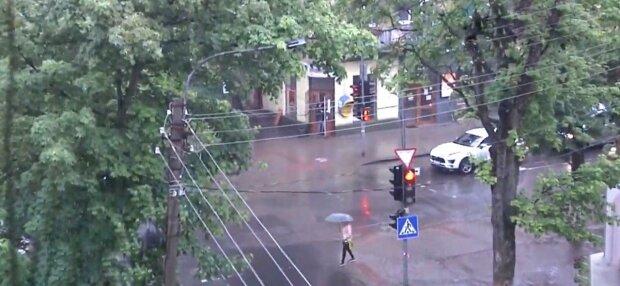 """Ивано-Франковск залило дождем и """"забомбило"""" градом - май продолжает играть на нервах"""