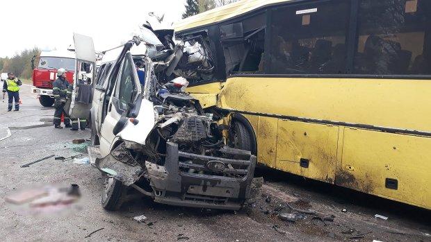 Переполненная маршрутка врезалась в легковушку: погибла целая семья, за жизнь еще двоих пассажиров борются врачи