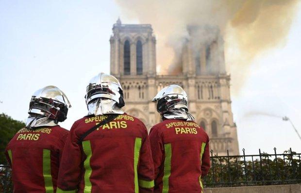 Пожежні біля Собору Паризької Богоматері