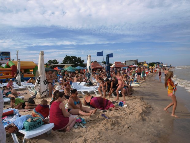 Кров у жилах застигла: пляжники на Азовському морі до смерті злякалися повзучого сусіда
