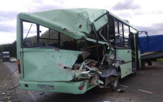 Автобус розніс легковушку  вщент: є загиблі