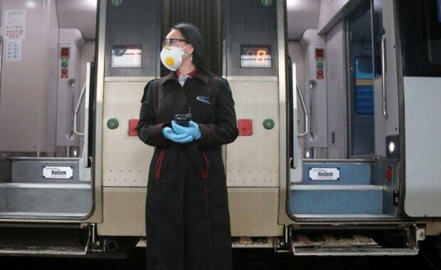 """Укрзалізниця """"покарала"""" за протест проти карантину цілі міста: потяги скасували, що робити з квитками"""
