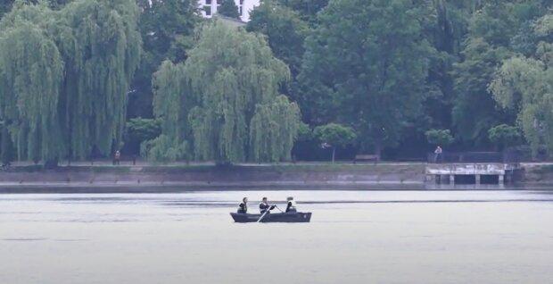 Во Франковске водолазы погрузились на дно озера и прозрели - почти 100 килограмм