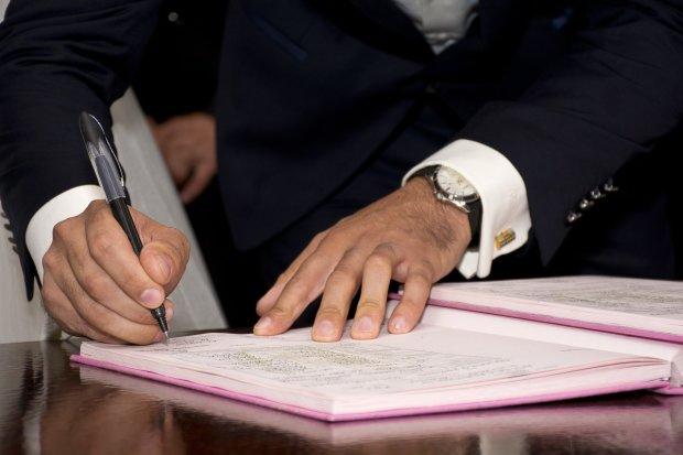 """Українці з гумором відреагували на """"постільний"""" закон і підписали перший акт: фото"""