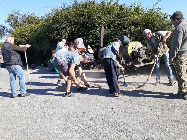 Тернополяни з лопатами показали Зеленському, як будувати дороги - слуги, дивіться і вчіться