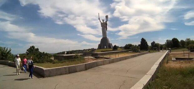 В Киеве Родина-мать и мост Патона оказались под ударом - вы не узнаете визитки столицы