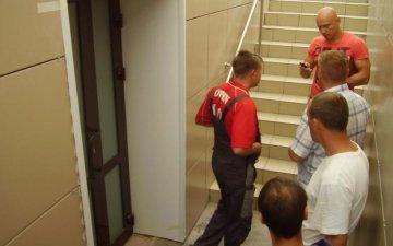 Дика росіянка влаштувала масові бійню в чоловічому туалеті лайнера