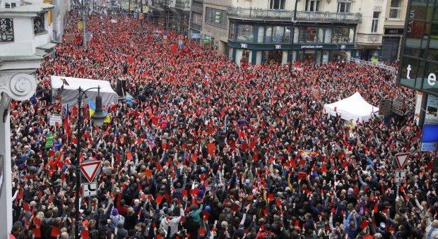 Тисячі людей в столиці мітингують проти корупції, президент вже пакує валізи