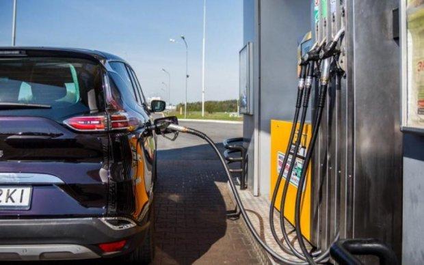 Ціни на бензин в різних країнах порівняли з українськими, результат цікавий
