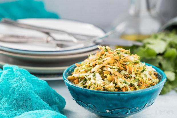 Салат з кукурудзою і капустою