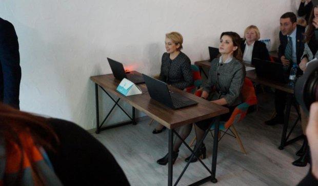 Першу леді Марину Порошенко всадили за парту