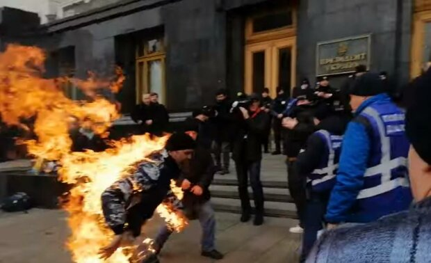 """""""Зеленський, почуй!"""" - зневірений українець підпалив себе під вікнами президента"""