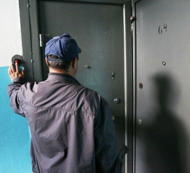 Будьте начеку: киевлян предупредили о липовых газовщиках, - фото мошенников