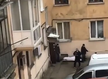 Приховують жертв коронавірусу? У Львові чоловіки у масках винесли труп з багатоповерхівки, страхітливі кадри