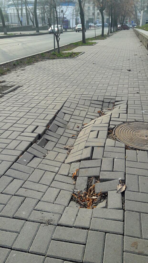 Провалюється тротуар, центр Києва - фото Знай.ua
