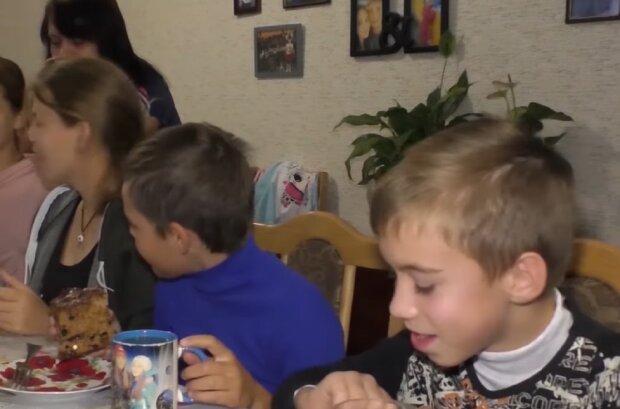 """Супруги усыновили 16 детей и обрели счастье: """"Мечтала услышать слово """"мама"""""""