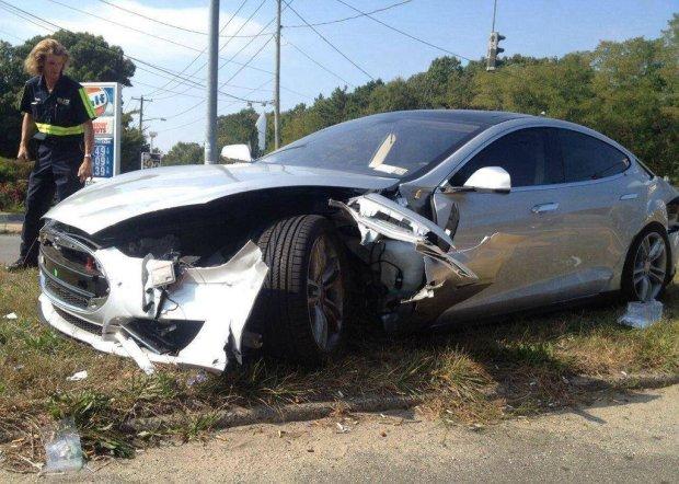 Розтрощена Tesla видала особисту інформацію водія і пасажирів: Маск знизує плечима