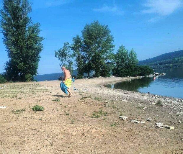 Турист із Німеччини починає ранок із прибирання берега українського Дністра: не витримує свинства