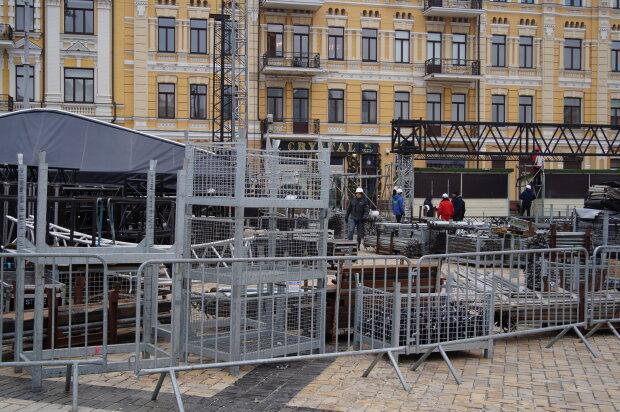 Новорічна локація на Софійській площі - монтаж конструкцій