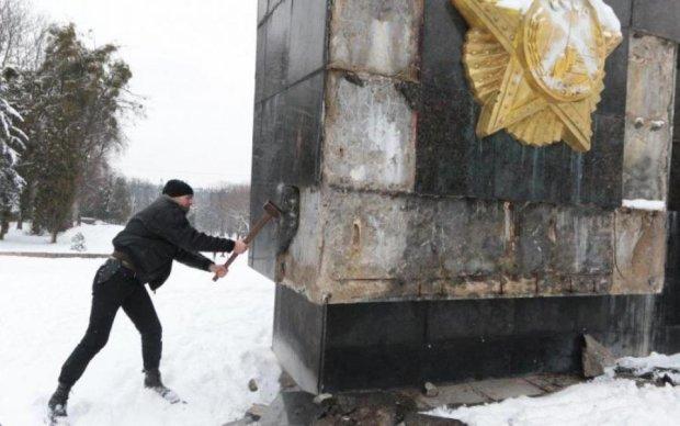 Монумент Слави зі Львова відправлять до терористів