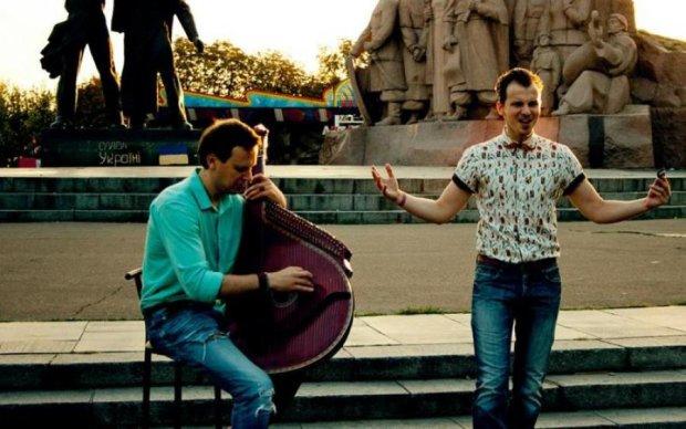 Москва сгорела целиком: хит российских рокеров сыграли на бандуре